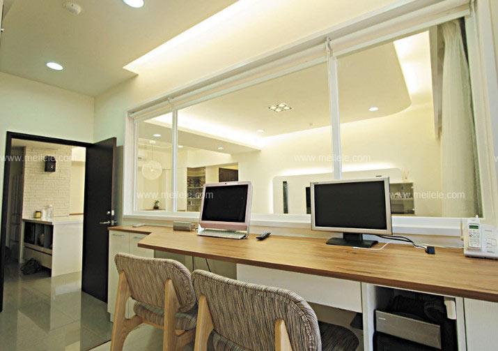 玻璃隔断装修效果图:玻璃材质的隔断把客厅独立了起来,给我们一个宽大、时尚的的视觉空间。  玻璃隔断效果图:玻璃隔断将餐厅与书房一分为二,也增添了整个餐厅空间的现代感。  玻璃隔断装修效果图:整个书房装修效果图在客厅之后,其以清玻璃做為隔断界定,不仅视觉可穿透更有加大空间的效果。