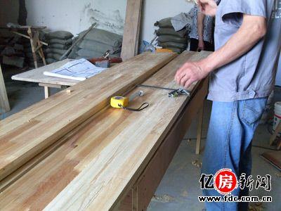木工既是装修工程中的面子工程,也是隐蔽工程,像吊顶,门套等在完工