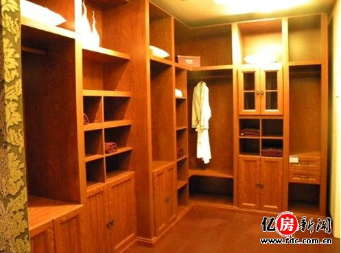 衣柜安装完毕后,厂商一般会发放保修卡,而一般厂家的保修期为3-5年.