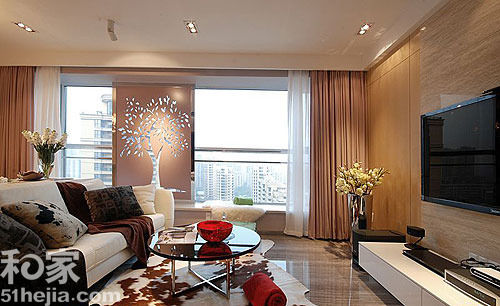 大理石电视背景墙增添了客厅大气华丽的感觉,尤其与木纹砖的地面无
