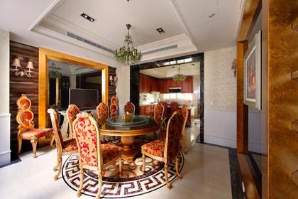 客厅:电视主墙运用樱桃红大理石做出壁炉的造型,配合上进口家具的