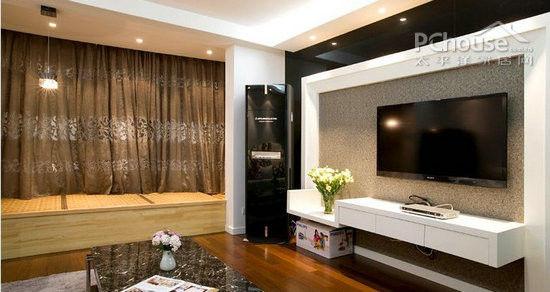 电视背景墙设计成黑白边框,不锈钢黑色边框减少了黑色的压抑,再加