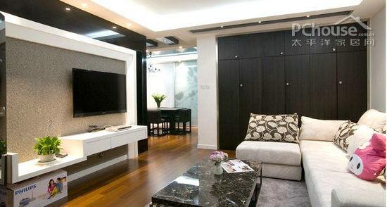 90平的两居室,以下的2个案例来自于两位IT白领,现代简约的风格,十分适合80后的小夫妻,既温馨又个性。   黑白之恋简约设计 IT新房简洁二居室   业主本身是一个IT技术员,为人沉稳,做事干练。这套房子是新房,夫妻二人居住,因此对家的要求是简洁、舒适、使用空间大。   方案定制:房型比较正,不需做大的改动。一,将阳台与客厅打通,并将阳台区域设计为一个类似塌塌米的平台,作为茶室,既实用又扩大居室空间。二,通过多道移门设计,将次卧隔离出一个衣帽间,便于储物,同时又采用移门将主卧、次卧与餐厅区域隔离,更