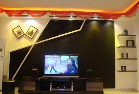 造型找人做的电视墙,简单大方.上面红色的沙曼是结婚当天婆