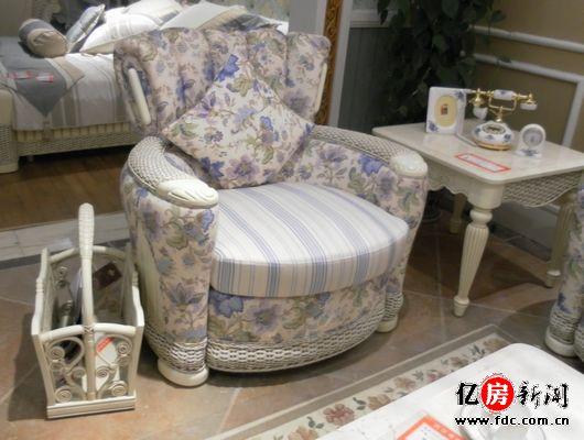 丘比特系列:  伊藤贝尔丘比特单椅沙发   规格:1000*950*940  伊藤贝尔丘比特双人位沙发   规格:1610*980*940  伊藤贝尔丘比特三人位沙发   规格:2190*940*960   小记点评:与其他沙发相比,这款沙发比较出彩的地方可能就是那贝壳的外形设计和蓝色的海藻图案了。藤+实木+布艺的材质,让整个沙发区,既有特色的异域风情,也带有温馨舒适家的气息。